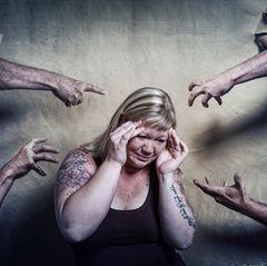 Gesichter der Depression: Frau umringt von Armen