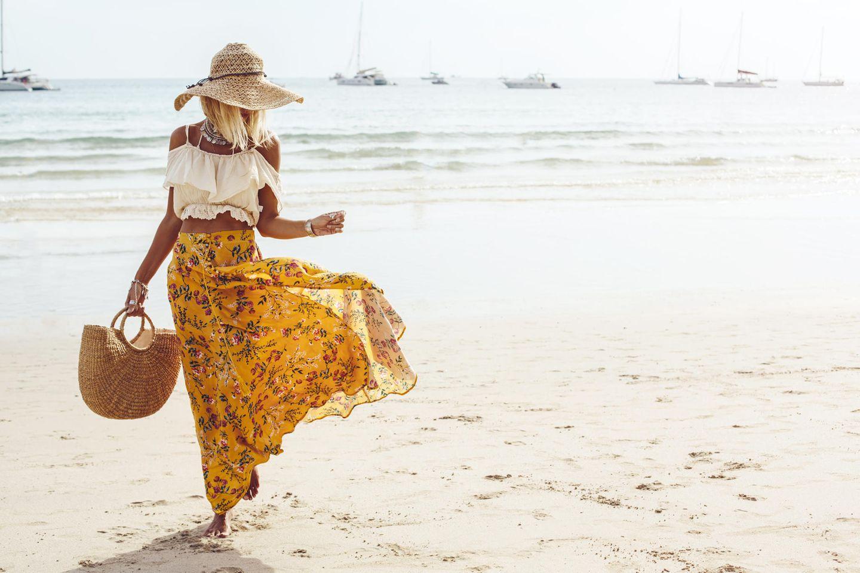 Strandfrisuren mit Hut: Frau mit Hut