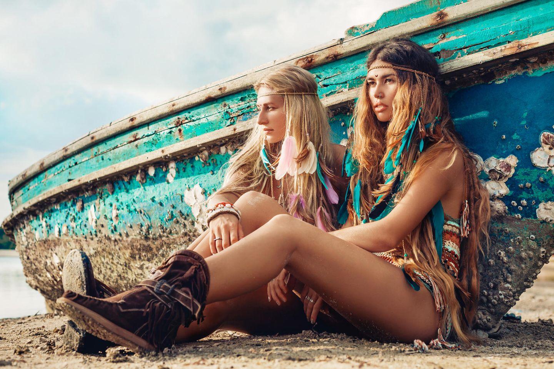Strandfrisuren: Frauen mit offenen Haaren und Haarband