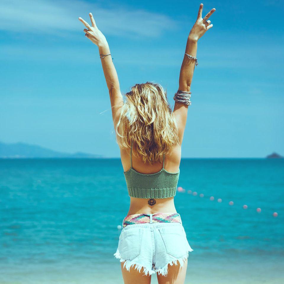 Strandfrisuren: Frau mit Beach Waves