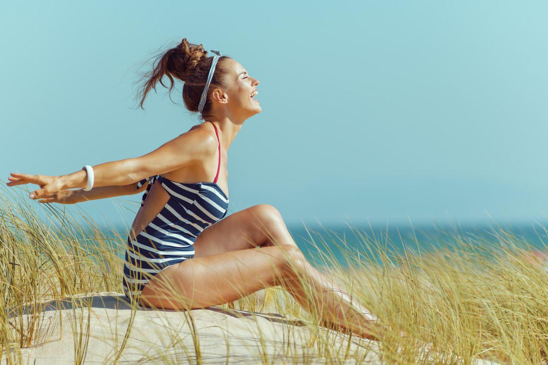 Strandfrisur: Frau mit Dutt und Haarband