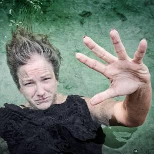 Gesichter der Depression: Frau unter Wasser