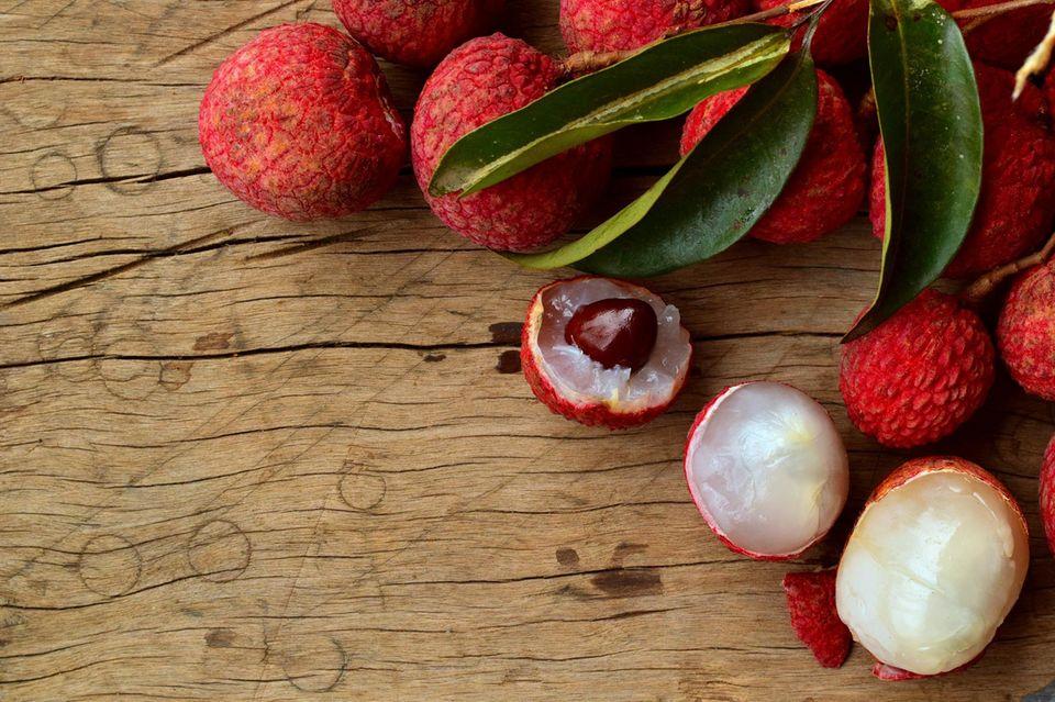 Litschi: Früchte auf dem Tisch