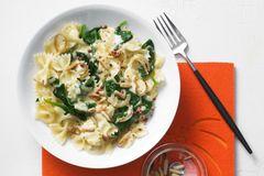 Pasta für alle: Farfalle mit Spinat und Safransoße