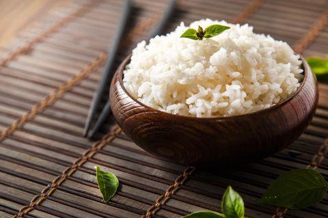 Schale mit Reis auf Bambusmatte