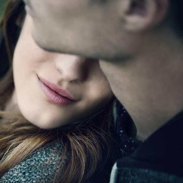 So kann man in der Beziehung ohne Sex glücklich sein: Frau hat ihren Kopf auf der Schulter ihres Freundes liegen