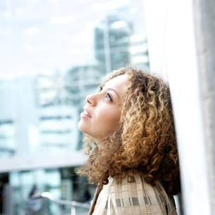 Sich selbst finden: Frau lehnt an Wand
