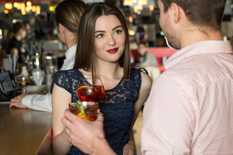 Frau flirtet mit Mann in Bar