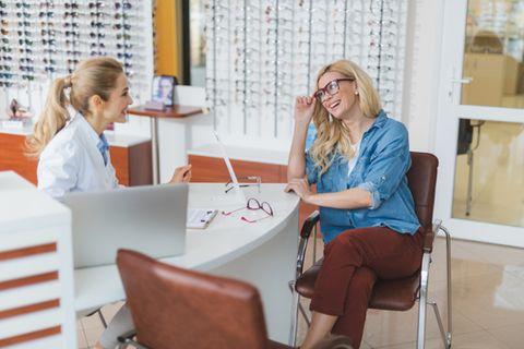 Augenoptiker: Frau probiert Brille an
