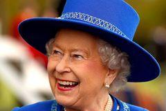 Queen Elizabeth lachend