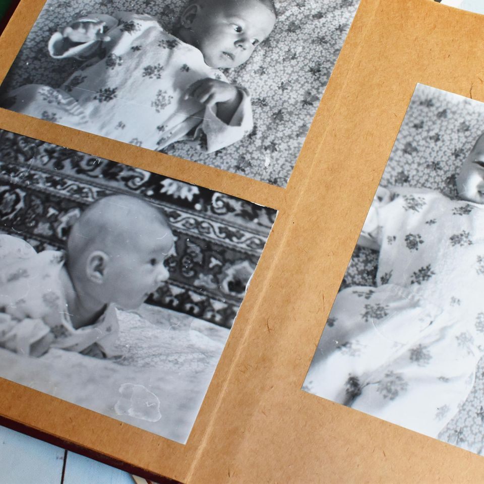 Wie funktioniert Erinnerung?: Fotoalbum mit Babyfotos in SchwarzWeiß