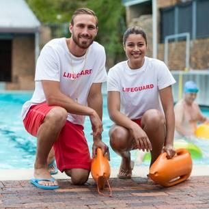 Bademeister: Zwei Rettungsschwimmer vor einem Schwimmbad