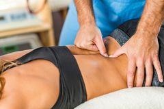 Osteopathie-Behandlung am Rücken