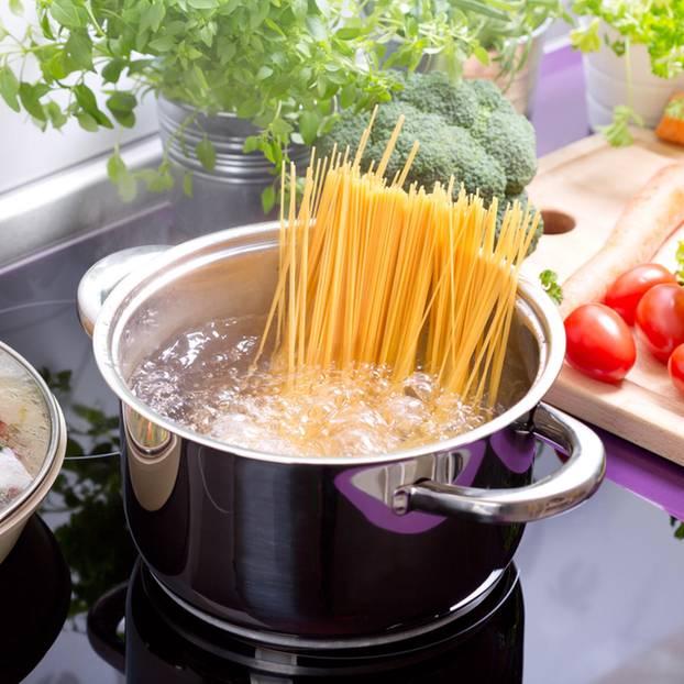 Spaghetti kochen: Spaghetti in einem Topf