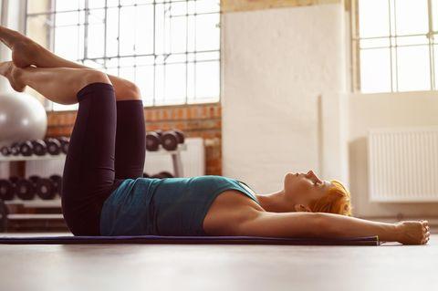 SOS-Tipps Rückenschmerzen: Frau hält sich den Rücken