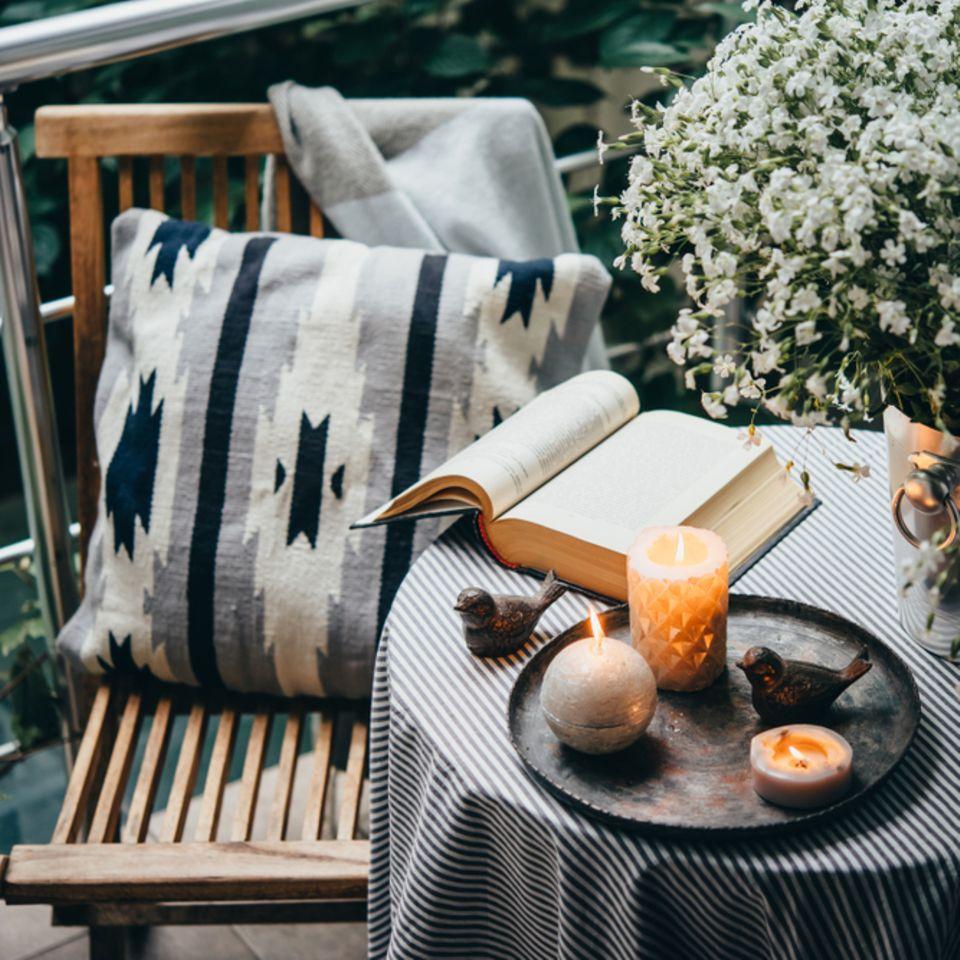 Balkon gestalten: Balkon mit Tisch und Kerzen