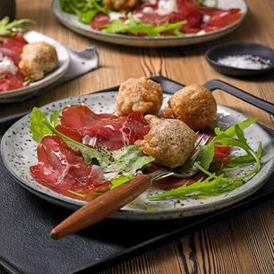 Bresaola-Salat mit Käsekrapfen