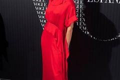 Victoria Beckham: posiert im roten Kleid