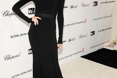 Victoria Beckham: posiert im schwarzen Kleid