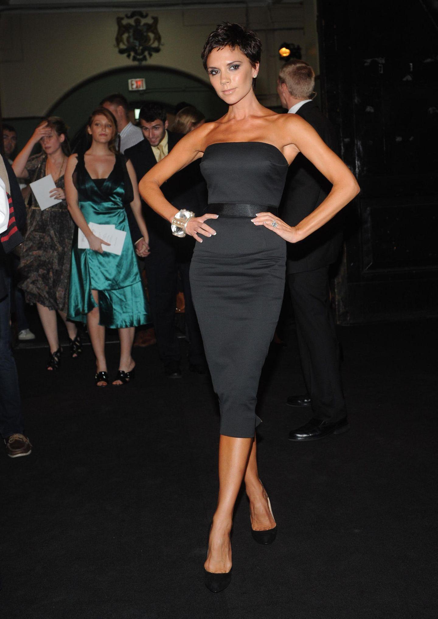 Victoria Beckham: posiert im kleinen Schwarzen