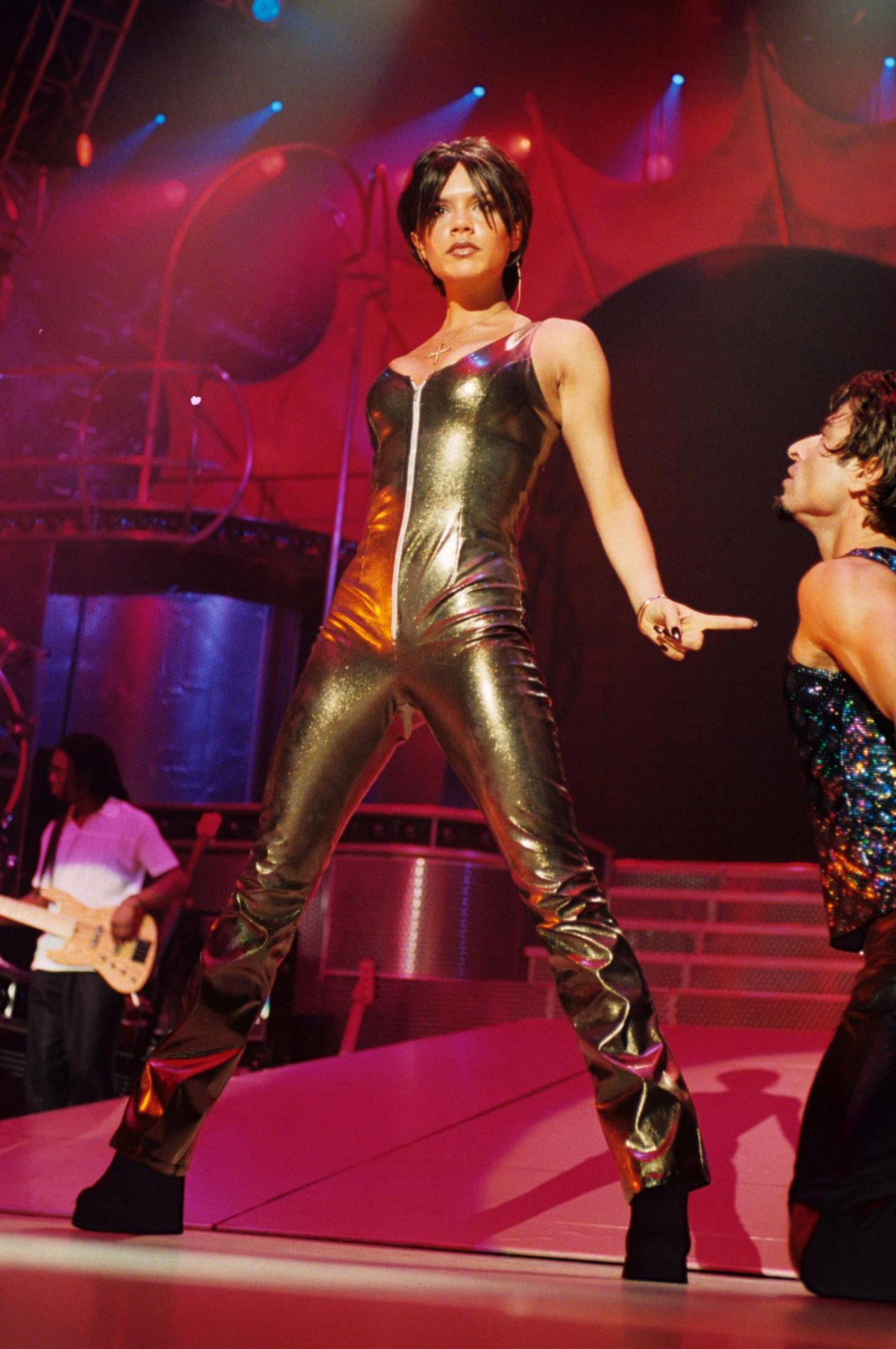Victoria Beckham: im goldenen Anzug auf der Bühne