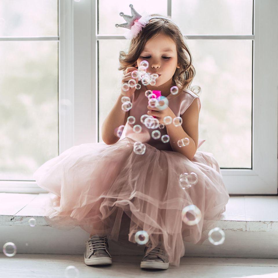 Die schönsten Babynamen aus Disney-Filmen -Video: Mädchen mit Seifenblasen