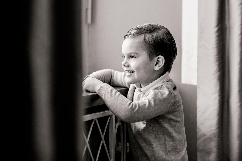 Royale Kinderfotos: Prinz Oscar am Fenster