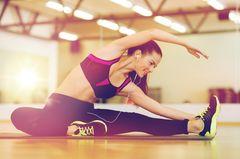 Rückenschmerzen: Frau dehnt sich