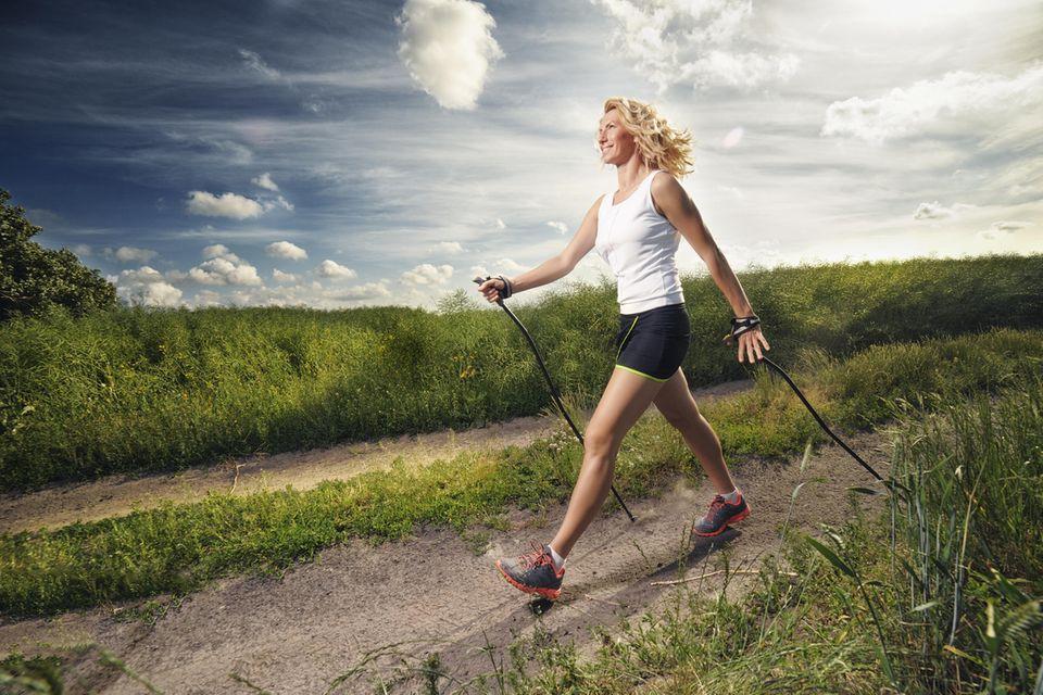 Sind 10.000 Schritte am Tag wirklich so gesund?  Frau macht Nordic Walking