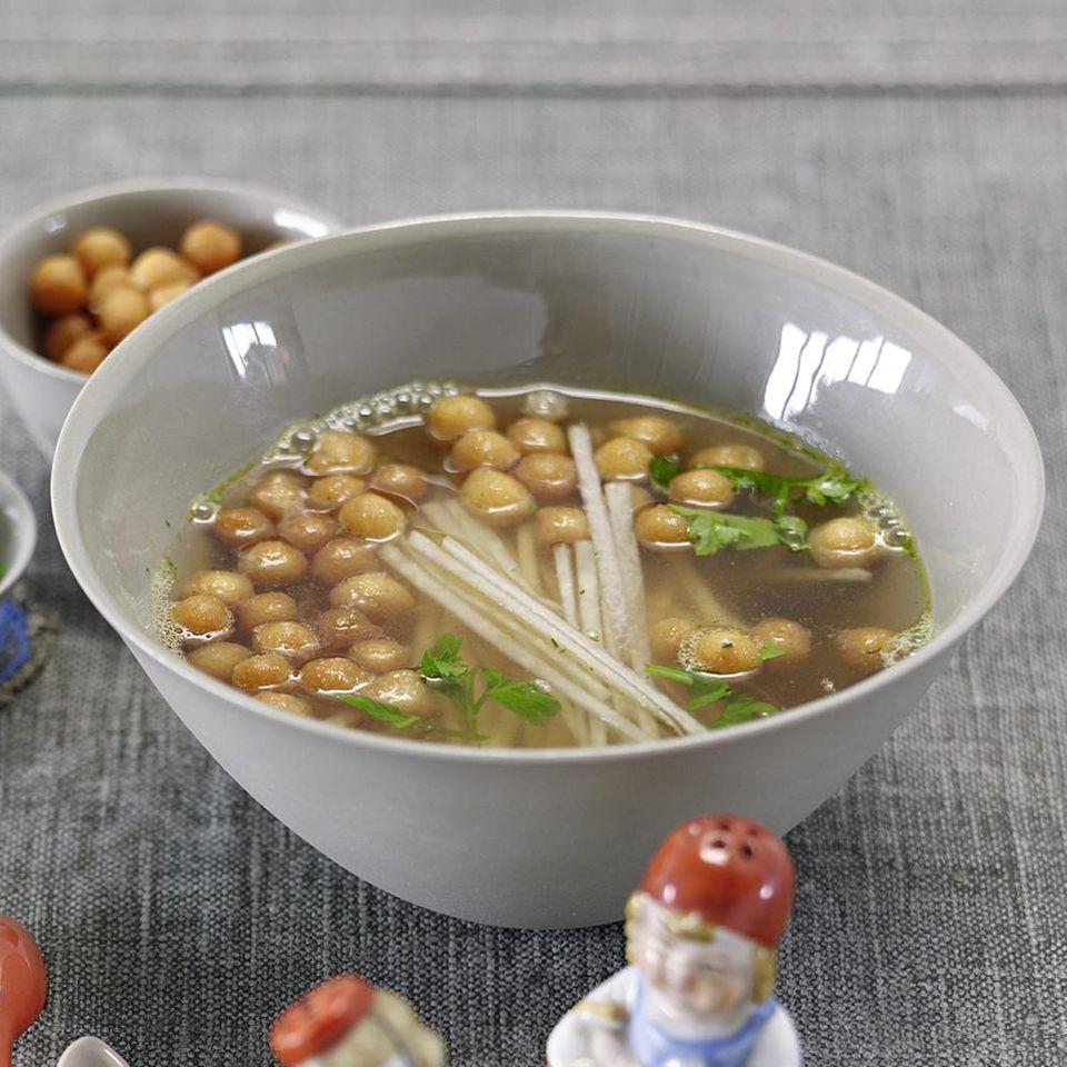 Kohlrabi-Essenz mit Backerbsen