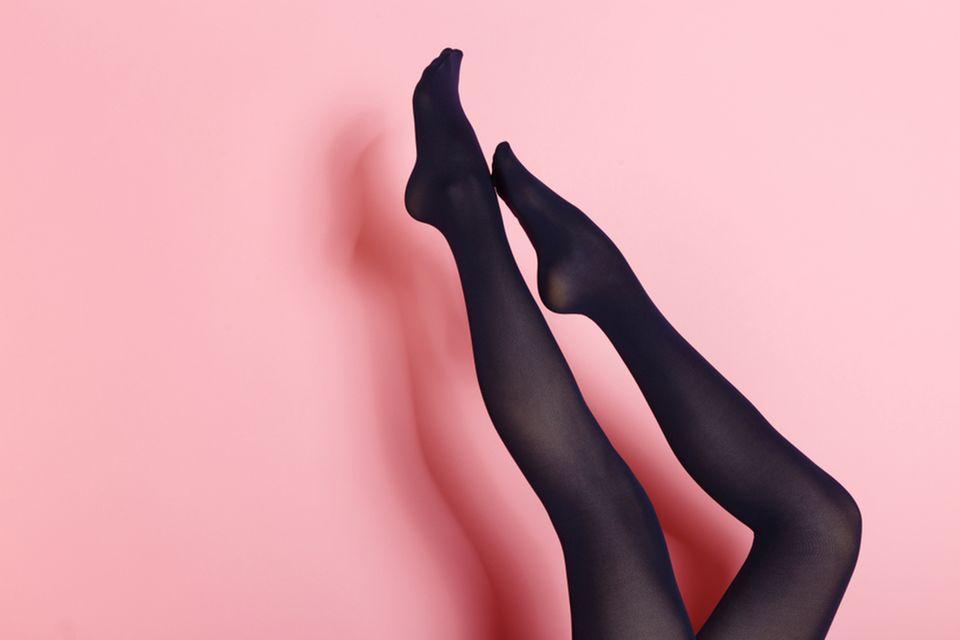 Den bei Strumpfhosen: Frauenbeine mit schwarzer Strumpfhose