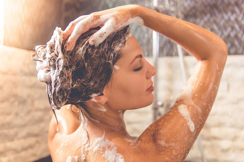 Silikonfreies Shampoo: Frau wäscht sich die Haare