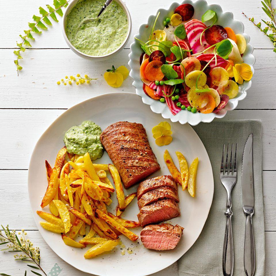 Lammrücken mit Ofen-Pommes und buntem Salat