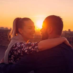 5 Dinge, die den Alltag aus der Beziehung verbannen: Pärchen auf einem Roadtrip