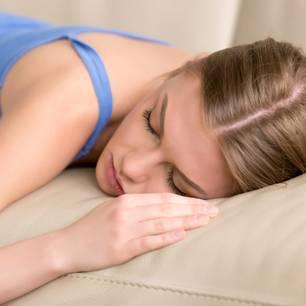 Tiefschlafphase: Schlafende junge Frau