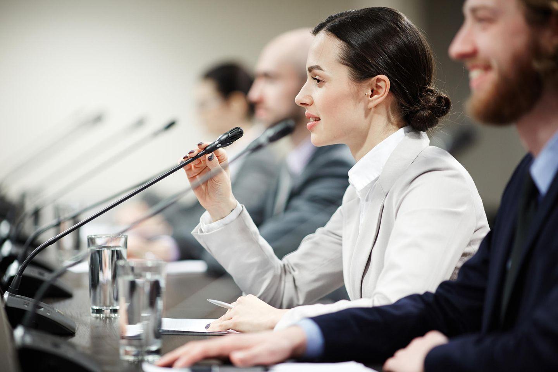Politiker: Politikerin hält eine Rede