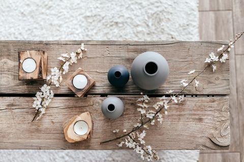 Baumstamm-Deko: Deko auf einem Holztisch