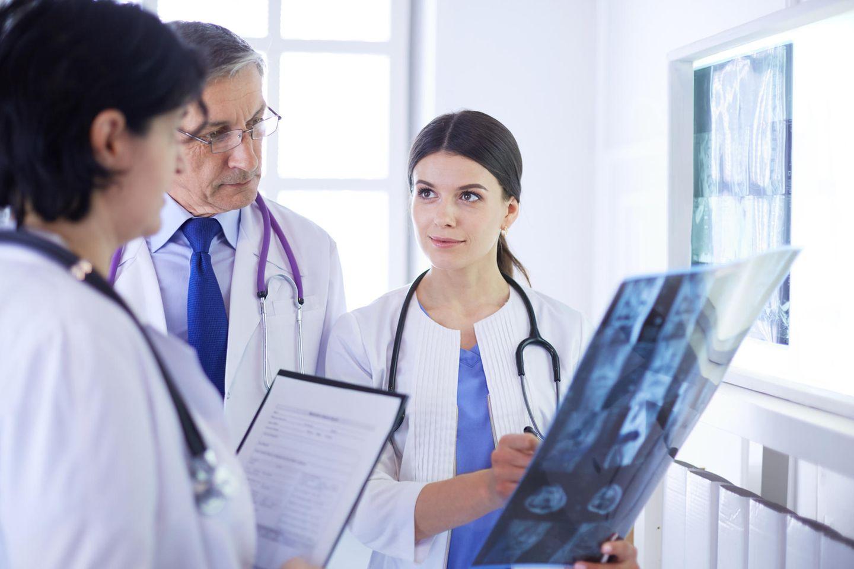 Jobprofil Radiologe: Frau hält Röntgenbild in der Hand
