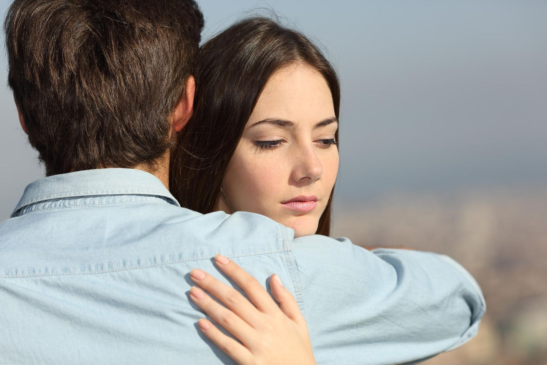 Deprimierte Frau umarmt Mann