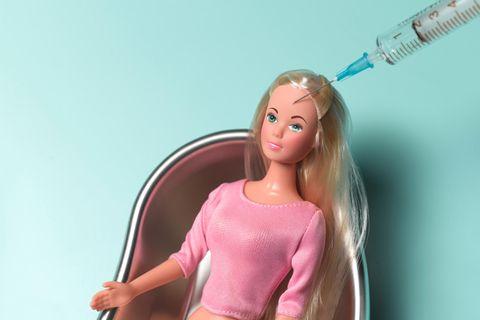 Barbie mit Botox-Spritze