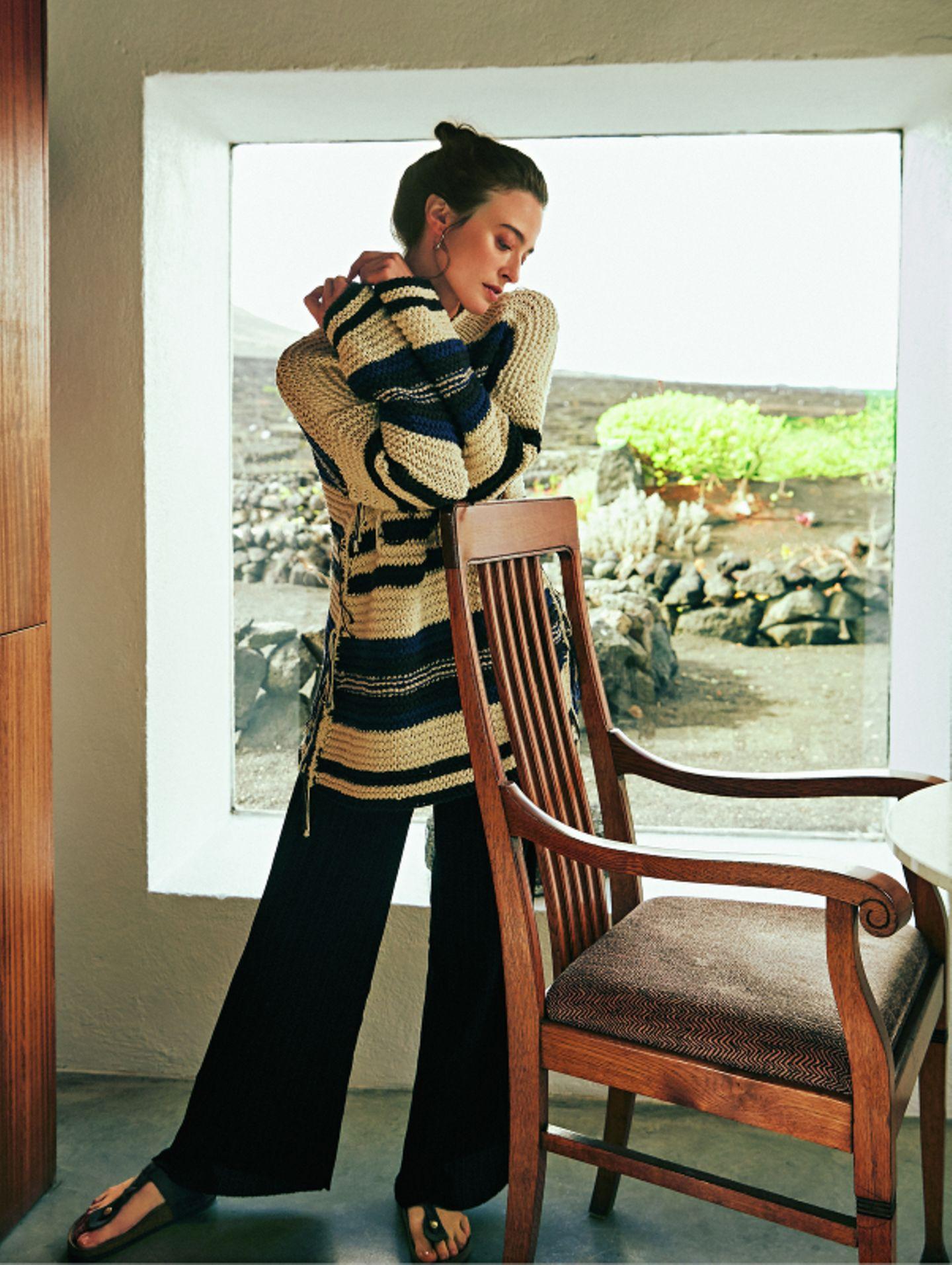 Ethno-Look: Strickpullover zu plissierter Hose