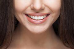 Frau lächelt und zeigt Zähne