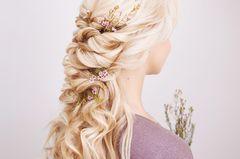 Konfirmationsfrisuren: Kunstvoll verschlungene Haare