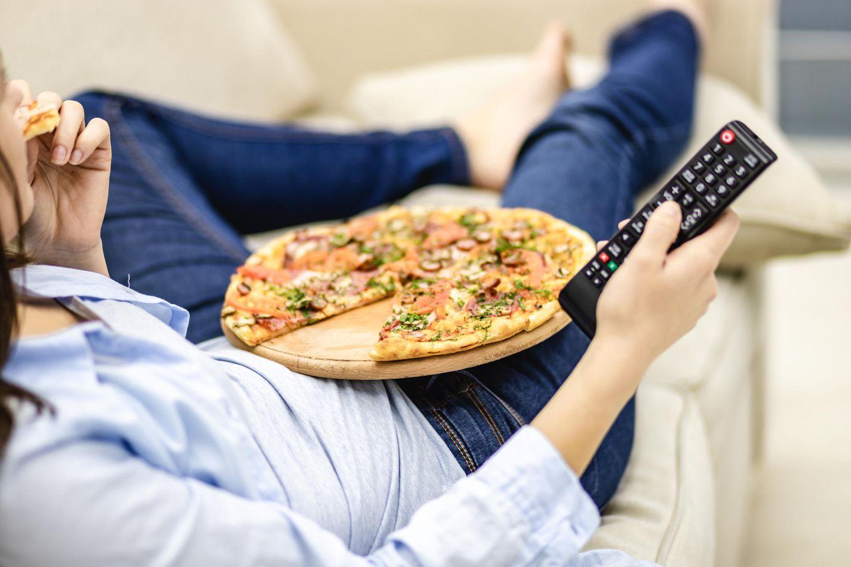 Fernsehen und Pizza