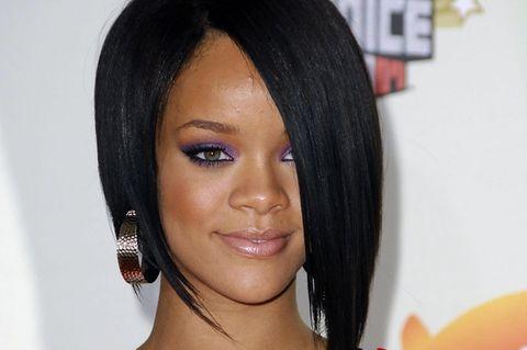 Asymmetrische Frisuren: Sängerin Rihanna auf dem roten Teppich
