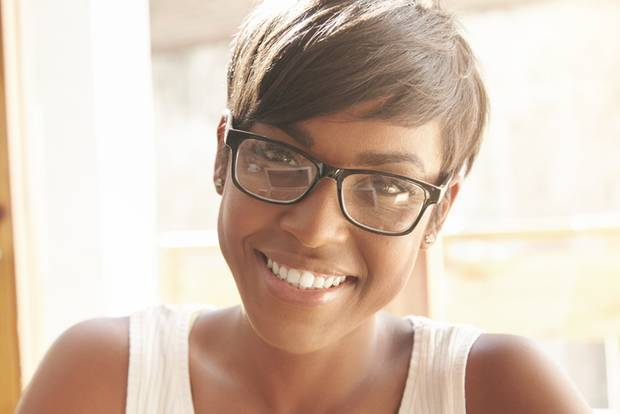 Asymmetrische Frisuren: Junge Frau lächelt