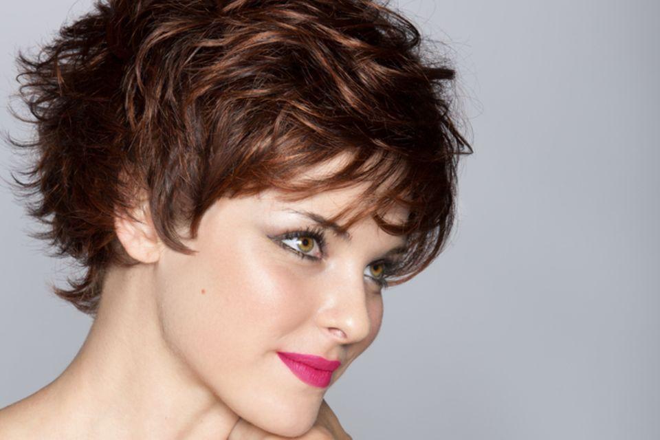 Asymmetrische Frisuren: Junge Frau mit wilder Frisur