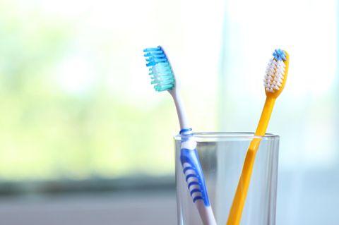 Zwei Zahnbürsten im Glas