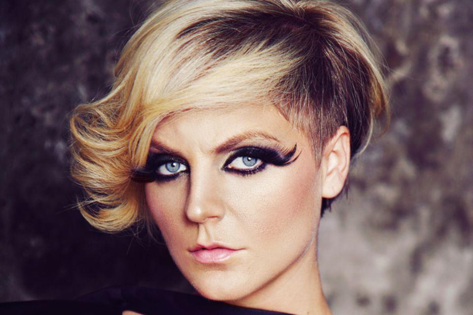 Asymmetrische Frisuren: Junge Frau mit blondem Bob-Schnitt und Undercut