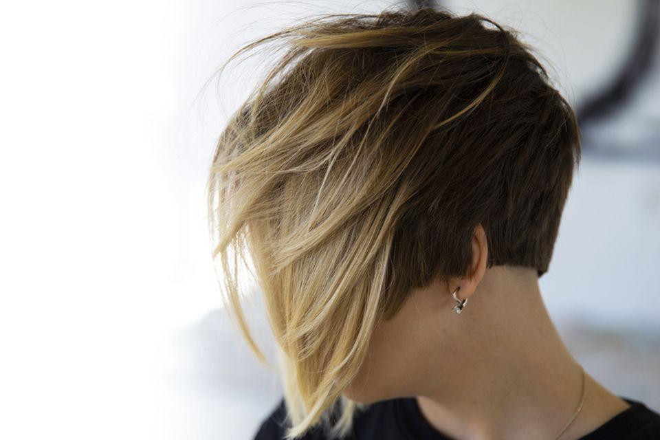 Asymmetrische Frisuren: Frau mit coloriertem Bob-Haarschnitt